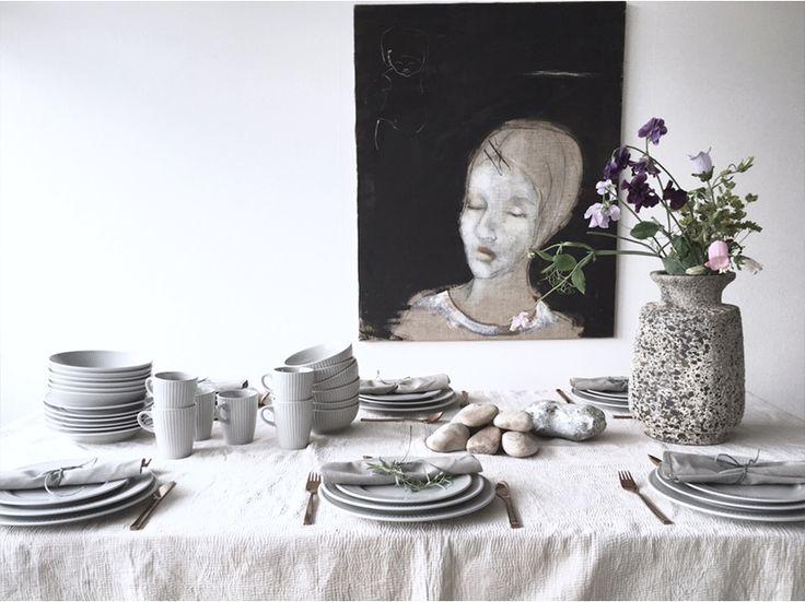Louise Dorph, som står bag bloggen louisedorph.dk, inviterer dig med til bords med grå plissé. Se mere om, hvordan hun har ladet sig inspirere af grå plissé til en smuk borddækning på pillivuyt.dk.