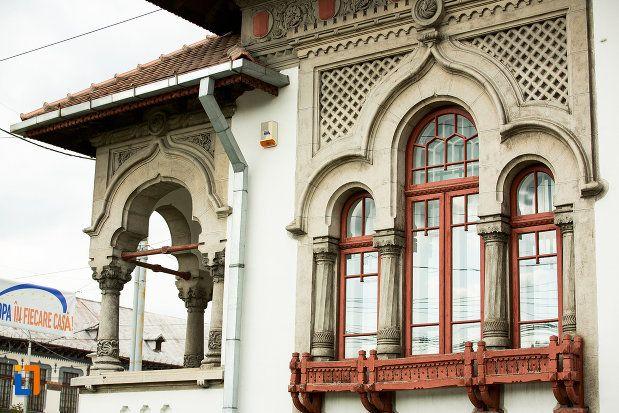 "Casa Iunian Grigore - detaliu (1940), azi Biblioteca Universitară ""Tudor Arghezi"", Bd. Republicii 1, Târgu Jiu"