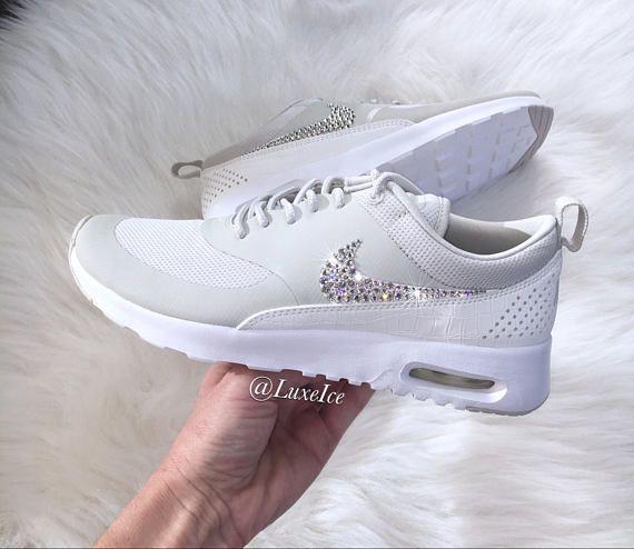 Nike Air Max Thea - leichte Knochen/weiß/Segel mit 2088 SWAROVSKI® Xirius Rose-Cut Kristalle. Farbe: Hellblau Knochen/weiß/Segel Bitte beachten Sie: Dieser Stil neigt dazu, ein wenig klein, so dass wir empfehlen, dass Sie eine ½ Größe größer als Ihre normale Schuh bestellen. Neu! 100