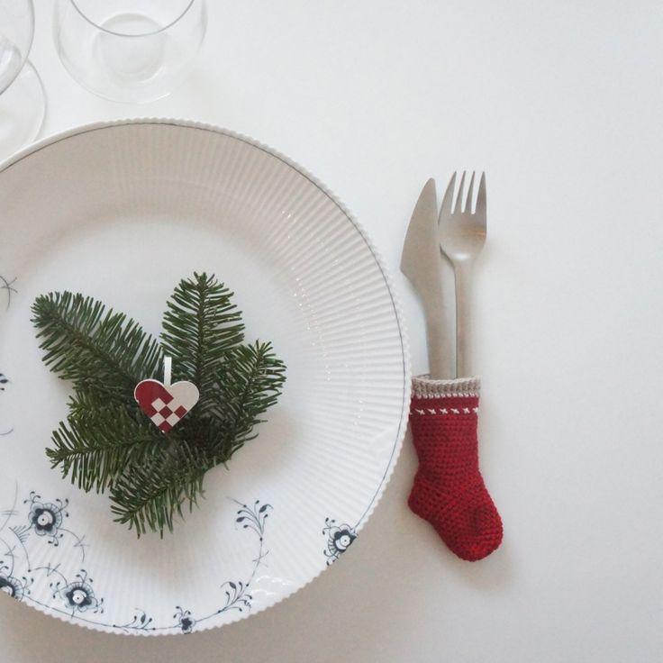 Jeg er SÅ klar til at dække årets julebord… For søren jeg har været flittig med at få hæklet bestikstrømper til alle 10 mand. Opskriften er fra Filihunkat. Det er den opskrift jeg også har lavet Aksel gavesok efter, som…