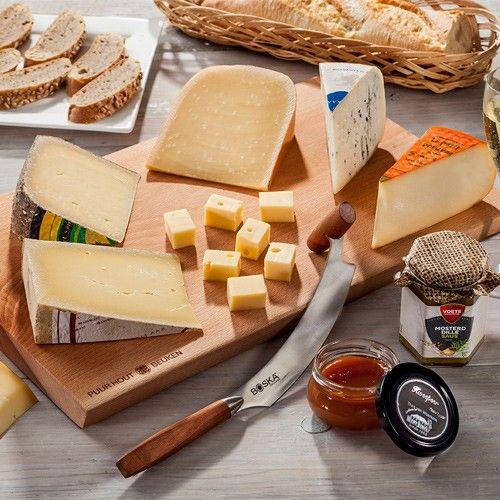 De Hollandse Kaasplank samengesteld door Maarten Koek - Nederlands beste fromager De Hollandse Kaasplank is een kaaspakket bestaande uit zes fantastische Hollandse authentieke kazen, begeleid door confituur en mosterd, compleet met luxe beukenhouten plank en een traditioneel kaasmes. Een verrassend en feestelijk pakket om uit te pakken tijdens de feestdagen. Inhoud van het kaaspakket:In totaal 2.1 KG kaas!1. Doruvael uit Montfort 2. Romero uit IJsselstein 3. Brandrood uit Ede 4. Boeren…