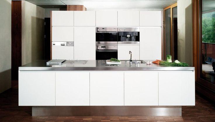 Weiße Küche mit Edelstahl-Arbeitsplatte; Fotocredit: Hase und Kramer Dornbirn