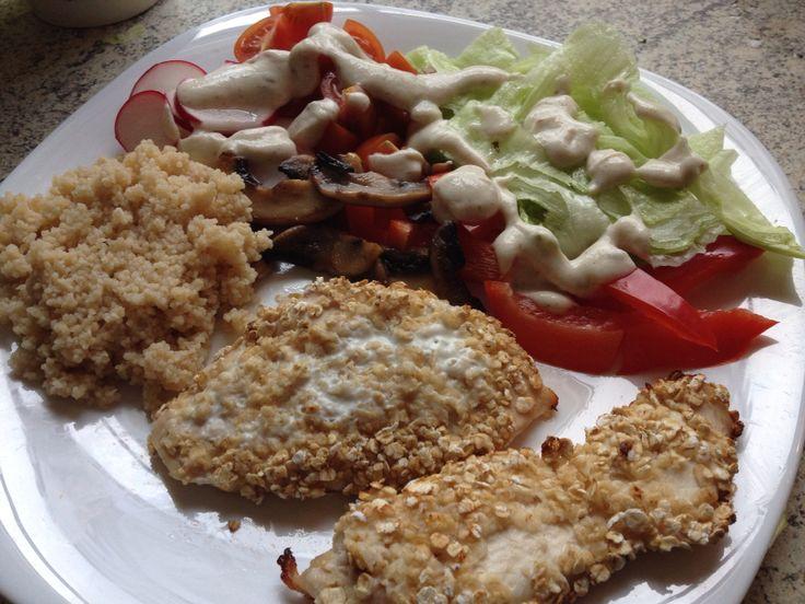 Zabpelyhes sült csirkemell, kuszkusszal és friss salátával.