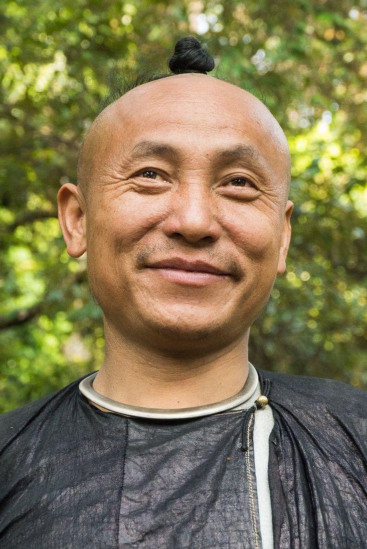 https://flic.kr/p/fNULXT | BASHA  village - Basha style miao | BASHA  village, China,  Guizhou, Southwest China,  Guizhou province, minorities, handicraft, embroidery,  tribes, BASHA style miao  Basha (芭沙) is een dorp aan de zuidelijke grens van de provincie Guizhou. De daar wonende Miao stam bestaat uit ongeveer tweeduizend mensen. Ze zijn de enige gewone burgers van de Volksrepubliek China die een vuurwapen in bezit mogen hebben. De Chinese overheid respecteert hiermee de eeuwenoude…