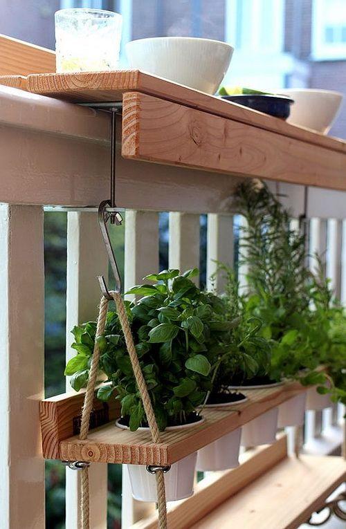 Praktischer Tisch für den Balkon oder eine Terrasse mit Geländer. Ein Selbstversorger