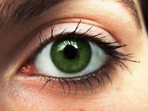 Σύσπαση ματιού: Τι πραγματικά συμβαίνει;  Μήπως παίζει το ματάκι σας;; Μην ανησυχείτε! Οι σπασμοί των βλεφάρων είναι απρόβλεπτοι, ενοχλητικοί και αβλαβείς. Συσπάσεις των ματιών μπορεί να προκαλούνται από το στρες, κόπωση, καταπόνηση των ματιών, καφεΐνη και ξηροφθαλμία, αν και πιο σοβαρή σύσπαση μπορεί να προκληθεί από νευρολογικές διαταραχές, όπως το σύνδρομο Tourette. Οι σπασμοί αυτοί συνήθως εξαφανίζονται από μόνοι τους!  E-Dentistry