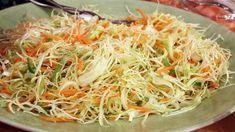 Enkel sallad med vitkål, morötter och purjolök. Perfekt som veckosallad till vardagsmiddagar.