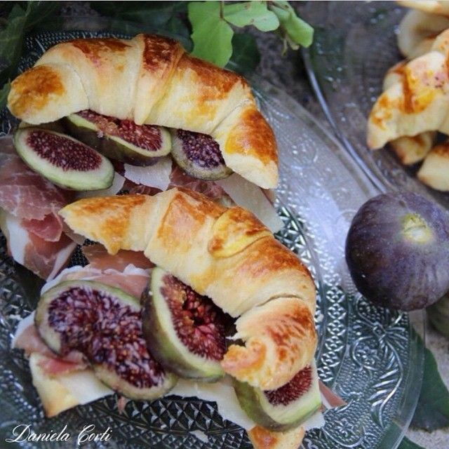 Croissants semidolci con culatello e fichi