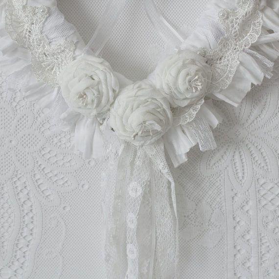 Deze bruiloft krans beschikt over een rotan hart die ik hand gebonden witte katoenweefsel te hebben. Witte katoenen handgemaakte warmgewalste rozen bijgekomen ook samen met een witte kant die wordt geplaatst rond de voorkant van het hart. Het diepst van het hart is gedrapeerd met witte lace trims. Let op: de dressform is voor het ophangen van doeleinden voor fotos. Deze krans bruiloft zou een mooie aanvulling op uw bruiloft decor maar kan ook worden gebruikt als een keepake als de stijl kan…