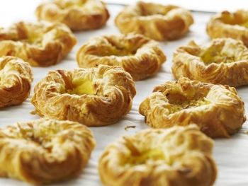 Băscuţe daneze Aceste pateuri dulci sunt echivalentul scandinav al croissantului franţuzesc. Dacă vrei să le conferi o notă şi mai autentică, amestecă făina cu o linguriţă de cardamom măcinat. Rețete pentru luat la pachet, Anul Nou, Vegetariana, Rețete pentru brunch, Rețete de tarte și prăjituri, Daneza, Rețete pentru mic dejun, Reţete pentru prieteni, Reţete de deserturi, petrecere, Craciun, Rețete pentru petrecere, Pentru familie, Rețete cu drojdie