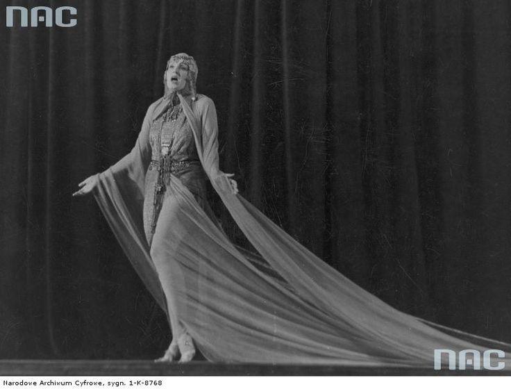 Hanka Ordonówna, piosenkarka, tancerka, aktorka filmowa i kabaretowa. Fotografia sytuacyjna (w scenie z nierozpoznanego przedstawienia).