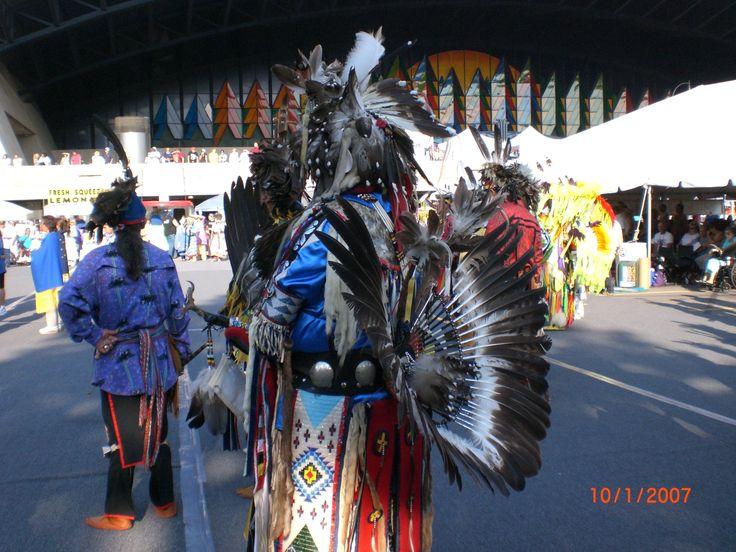 sfilata di splendidi costumi degli indiani d'america il giorno del ringraziamento al niagara