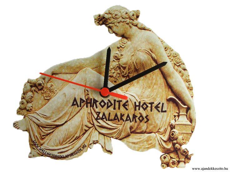 Fa alapú, kézzel körbevágott falióra, egyedi igény alapján, hotelek, szálláshelyek részére.