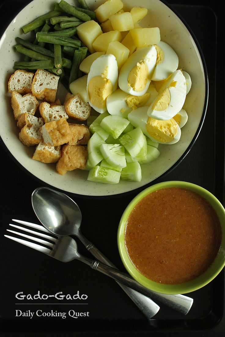 Gado-Gado: Indonesian Salad with Peanut Sauce Recipe at http://dailycookingquest.com/by-cuisine/indonesian/gado-gado-indonesian-salad-with-peanut-sauce