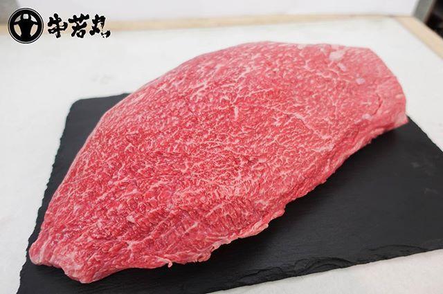 *もも肉は全体の肉質を物語る* こんにちは、牛若丸です☻ だいぶお久しぶりとなってしまいました。毎日段々冷え込みが厳しくなっておりますが、いかがお過ごしでしょうか。 写真のお肉は若狭牛のもも肉です。もも肉は「赤身でさっぱりしてて硬いお肉」というイメージがありませんか? 若狭牛のもも肉は一味違います。 程よく霜降りが入っており、非常に柔らかくさっぱりとしていながらもジューシーで濃厚な味わいなのです! ももが食べたくてご来店くださる常連さんもいるほど、美味しいお肉です(○'ω'○) もも肉は焼肉屋さんであまり見かけないと思います。しかし、当店はもも肉に自信がありますので胸を張ってご提供致します! 食べたことがないという方はぜひお試しください♪ #牛若丸 #若狭牛 #焼肉 #霜降り  #お肉  #牛 #もも #焼肉デート #焼肉ランチ #焼肉ディナー #和牛 #牛肉 #黒毛和牛 #肉 #福井 #あわら温泉 #温泉 #北陸 #福井観光 #福井ランチ #福井ディナー #ビール #乾杯 #カルビ #ロース #ステーキ #beef #meat #food #instafood