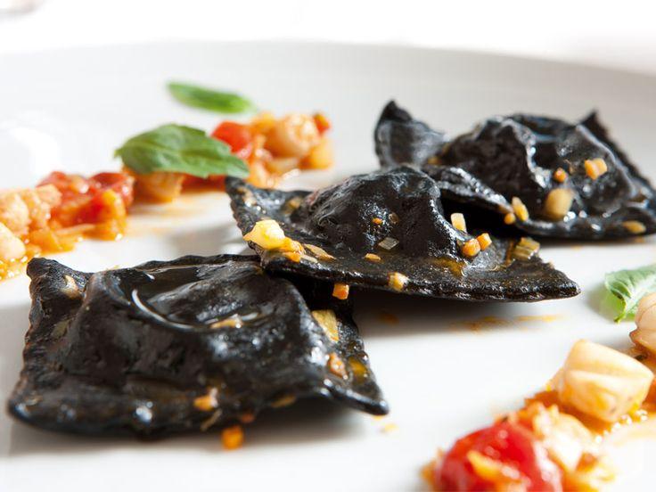 Ravioli al nero di seppia con ripieno ai gamberi.