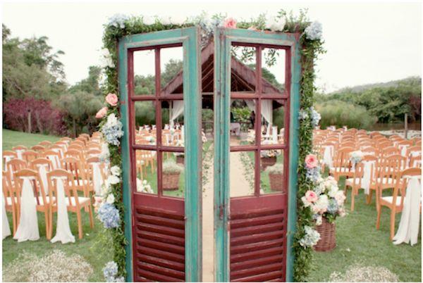 Casamento ao ar livre no Sítio Meio do Mato tem uma porta de demolição na decoração