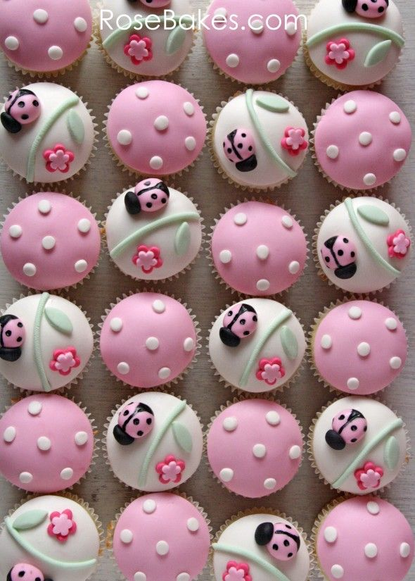 cupcakes de mariquita con puntos y florecitas para niña