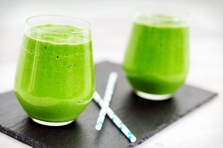 Een heerlijke groene smoothie zonder zuivel. We gebruiken voor deze groene smoothie zonder zuivel: spinazie, avocado, sinaasappel, banaan en water. Heerlijk