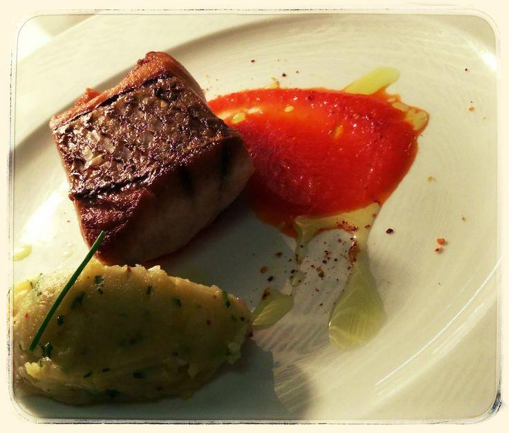 """Filete de pargo assado com batata """"esmagada"""" e seus condimentos, coulis suave de pimentos vermelhos Roasted filet of sea bream fish with mashed potato and its condiments, soft """"coulis"""" of sweet red peppers"""