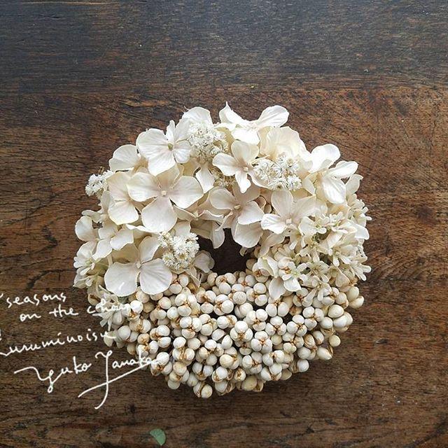 アジサイとナンキンハゼ ホイップバリエーション アジサイはフェイクです。 #kuruminoisuwreath #wreath #リース #flowers#flowerstagram #ドライフラワー #ドライフラワーのある暮らし #driedflowers #ナンキンハゼ #アジサイ #ハハコグサ #胡桃の椅子花部門