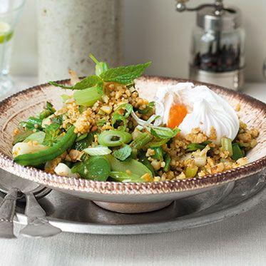 Gemüse-Minz-Bulgur mit pochierten Eiern