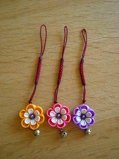 今回は珍しく、'和'な感じのストラップ 3色です。 丸いお花が可愛い♪ チンチロリ~ン♪ の豆鈴もついていて、 旅館の仲居さん...