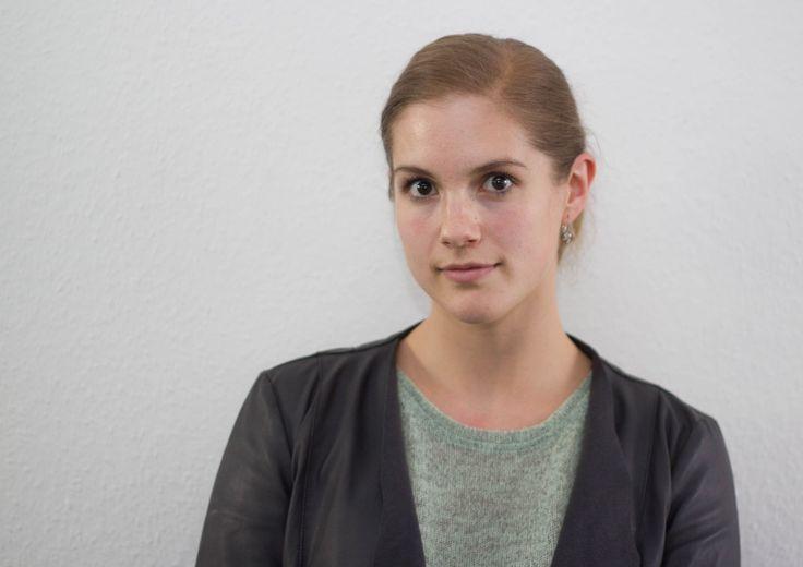 Rebekka Knoll (rek) Geboren 1988 in Kassel, aufgewachsen im Schwalm-Eder-Kreis. Seit 2016 in der Online-Redaktion der HNA. In ihrer Freizeit trainiert sie Thaiboxen, schreibt Romane, liebt den nordhessischen Zungenschlag, Schnucke und Grünen Kuchen.