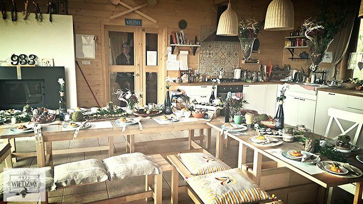 Rustykalne, naturalne, męskie, 60, urodziny.Dekoracja w postaci zielonej girlandy z liści, biało - fioletowych bufetów w słoikach owiniętych ekologiczną wstążką, mech, szyszki. Przystawka - gravlax,przekąski - wege sushi i pasty, swojska wędlina. /Rustic, fall, natural, wood, woodland, eco, birthday, man, party, 60th decorations, ideas, leaves, gerland, table, ribbon, bike,flowers, centerpieces, mason jar,place seat, food, gravlax, sushi, vege.