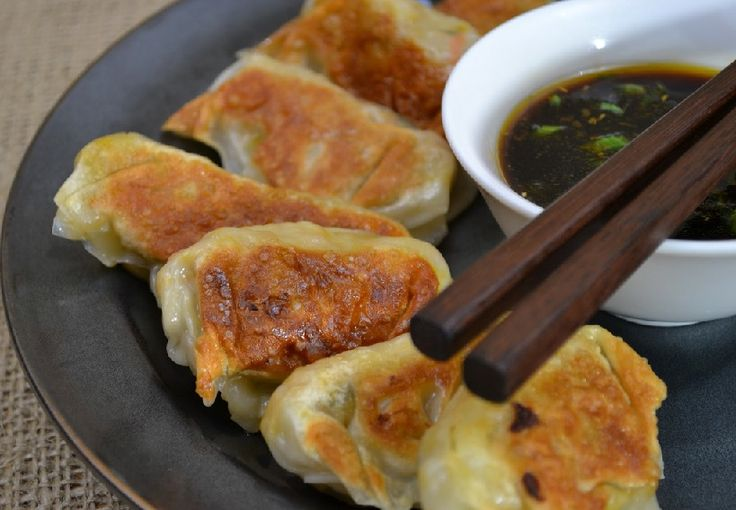 I ravioli di carne di maiale alla piastra sono un tipico piatto della cucina orientale e possono essere serviti sia come antipasto sia come stuzzichino, accompagnati da salsa di soia o aceto di riso.