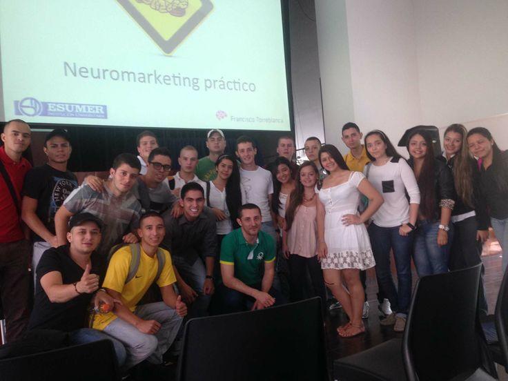 Fotaza de grupo con algunos de los asistentes a mi Jornada de Neuromarketing Práctico en Institución Universitaria Esumer (Campus Robledo) de Medellin