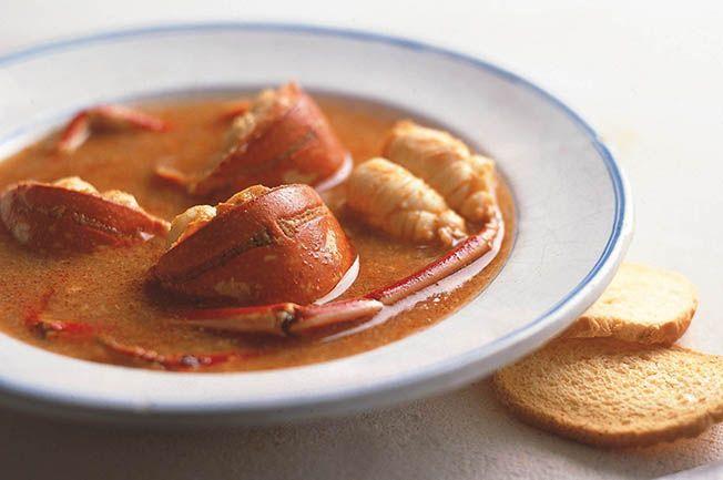 Receta de la típica caldereta de langosta menorquina. Ingredientes, elaboración y consejos de las mejores recetas de la cocina tradicional de Menorca.
