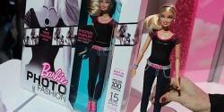Équipée d'un capteur photo entre les omoplates de 5 millions de pixels, cette nouvelle Barbie high-tech peut prendre jusqu'à 100 photos. Le déclencheur en forme de cœur se trouve sur sa ceinture et les photos s'affichent sur le t-shirt de Barbie via un écran LCD!! Alimentée par une batterie rechargeable, «Barbie Photo Fashion» dispose d'une quinzaine d'effets que les petites filles pourront rajouter à leurs photos entre copines : cadres, effets graphiques.