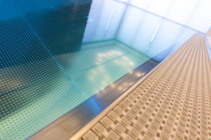 Detail of stainless steel overflow swimmingpool Imaginox