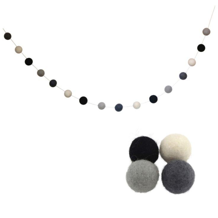 Viltballetjes slinger zwart-wit-grijs Super leuk deze decoratieve slinger met wolkralen voor in de babykamer of kinderkamer! Hiermee geef je het kamertje eenvoudig meer sfeer! De slinger is 125 cm en voorzien van 16 viltballetjes met een dorsnede van 2 cm in de kleuren zwart, wit, licht grijs en atraciet. De prijs is per 125cm. Wil je bijvoorbeeld een slinger van 2,5 meter bestellen vul hier dan 2 in. Viltballetjes zijn fairtrade voor Roozje in Nepal gemaakt.