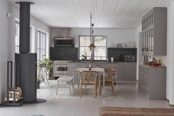 Unik trävilla i järnvitriolmålad fasad, mycket karaktär och konstnärlig atmosfär. Lugnt belägen i Brevik. Uppvuxen trädgård med fruktträd, lönn och avenbok. 6 sovrum. Entréplan med öppen planlösning, platsbyggt Kvänum-kök, braskamin, vardagsrum med stort ljusinsläpp. Ateljé, bibliotek, två sovrum med tillhörande bad. Fönster mot alla väderstreck och flera utgångar till en rejäl altan i söderläge. Övre …