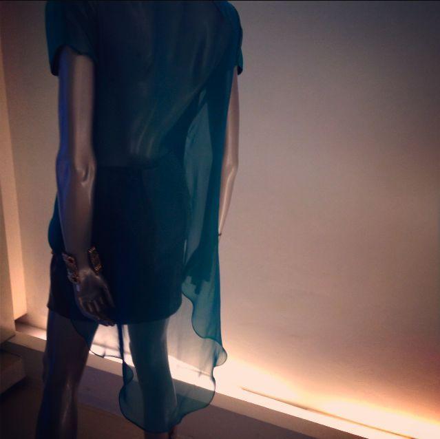 Blusón high-low con espalda en transparencia en gasa de seda.