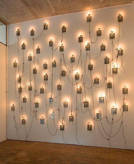 Christian Boltanski -Diese Kinder suchen ihre Eltern- 1993 53 zwart-wit foto's met lampjes variabele afmetingen