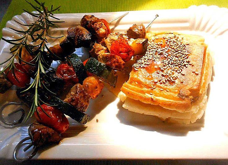 Fetakäse im Filoteigmantel mit Honig und Sesam, ein sehr schönes Rezept aus der Kategorie Frittieren. Bewertungen: 4. Durchschnitt: Ø 3,8.