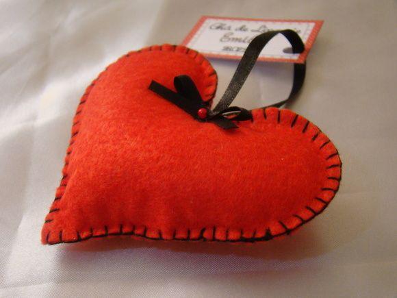 Sache perfumado em formato de coração, feito em feltro. A fita de cetim para pendurar é opcional. Cores e essências a combinar.  Acompanha tag de lembrancinha. R$ 3,50