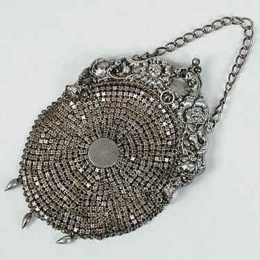 """♪ Bolso de malla victoriano en el marco de repujado floral con asa de cadena y tres perlas en forma de lágrimas que cuelgan de la parte inferior de la bolsa. Marcado """"Sterling Silver""""."""