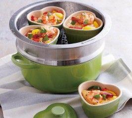 【野菜と魚介の蒸しココット】野菜と魚介の旨味が詰まった彩りもあざやかなココット。トマトとパプリカのさわやかな甘味とチーズの味わいが口いっぱいに広がります。  http://lecreuset.jp/community/recipe/vegeseafoodcocotte/