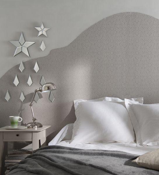 Soyez créatif et donnez une forme originale à un lé de papier peint qui fera office de tête de lit. Une solution économique pour un superbe effet déco . http://www.castorama.fr/store/pages/idees-decoration-facile-tete-de-lit.html