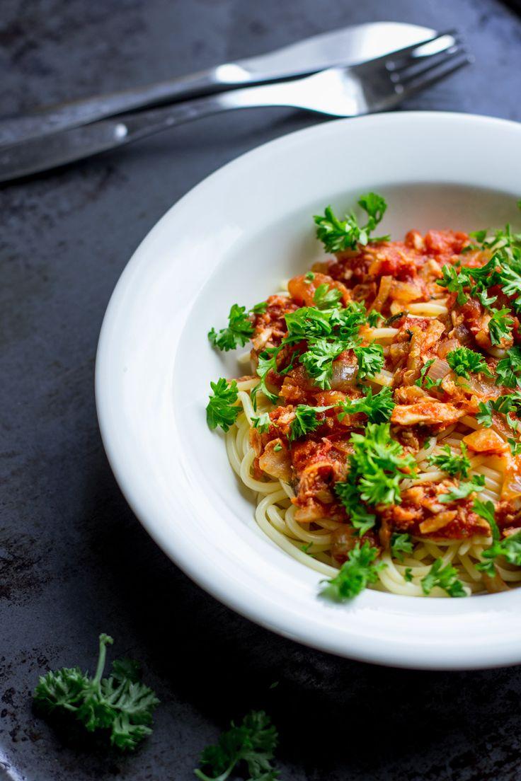 Joskus on vaan päiviä, kun kaapit huutavat tyhjyyttä ja kauppaan ei jaksa lähteä. Minulta löytyy melkein aina kuitenkin tonnikalaa, tomaattimurskaa ja spagettia. Niistä syntyy tämä arjen pelastaja. Tonnikalakastike on yksi luottoruoistamme. Se on hyvää, helppoa ja tosiaan sen voi pyöräyttää kasaan melkeinpä milloin vain. Tässä tonnikalakastike on saanut ylleen hiukan tujummat mausteet. Inkivääri, chili ja …