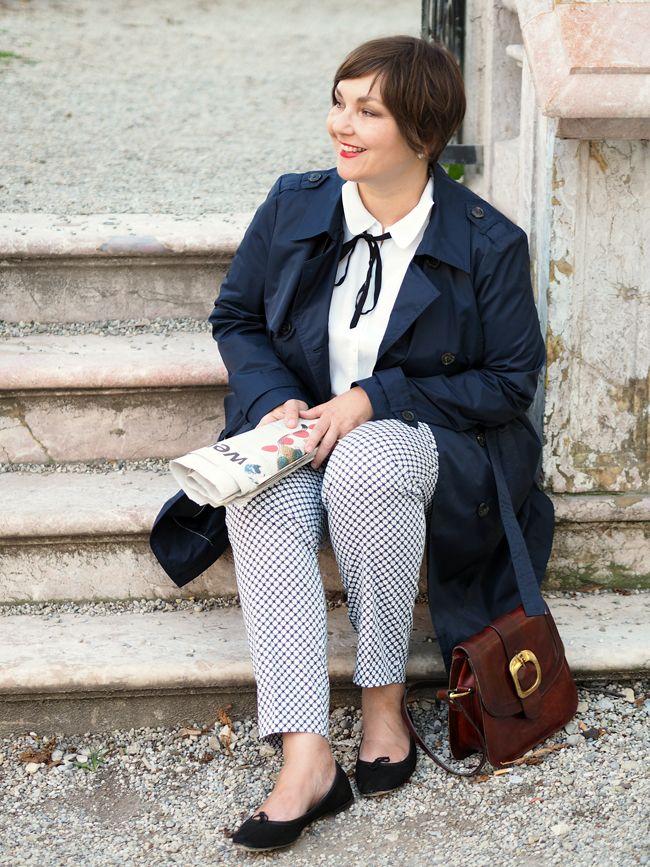 Типичный парижский стиль: узкие брюки 7/8 узорчатые, обычная блуза с бантиками, тренчкот, балерин, красные губы