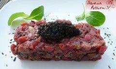 """Je vous propose aujourd'hui un tartare de boeuf, huître, caviar, inspiré de celui-ci mais revu au niveau assaisonnement avec quelques paillettes d'algue, et la touche d'un caviar iodé, le """"Signature"""" de …"""