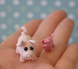 A simple pattern I used to crochet a 1.5cm pig and a 3cm pig. The 1.5cm pig was made with one strand of 6-strand embroidery floss and a 0.6mm hook. The 3cm pig was made with crochet thread, size 20, and a 1.25mm hook.