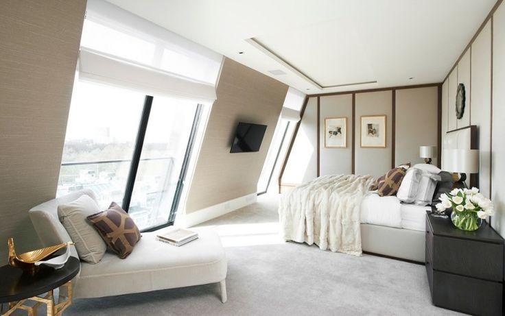 chambre mansardée  avec un lit et déco murale avec tableaux
