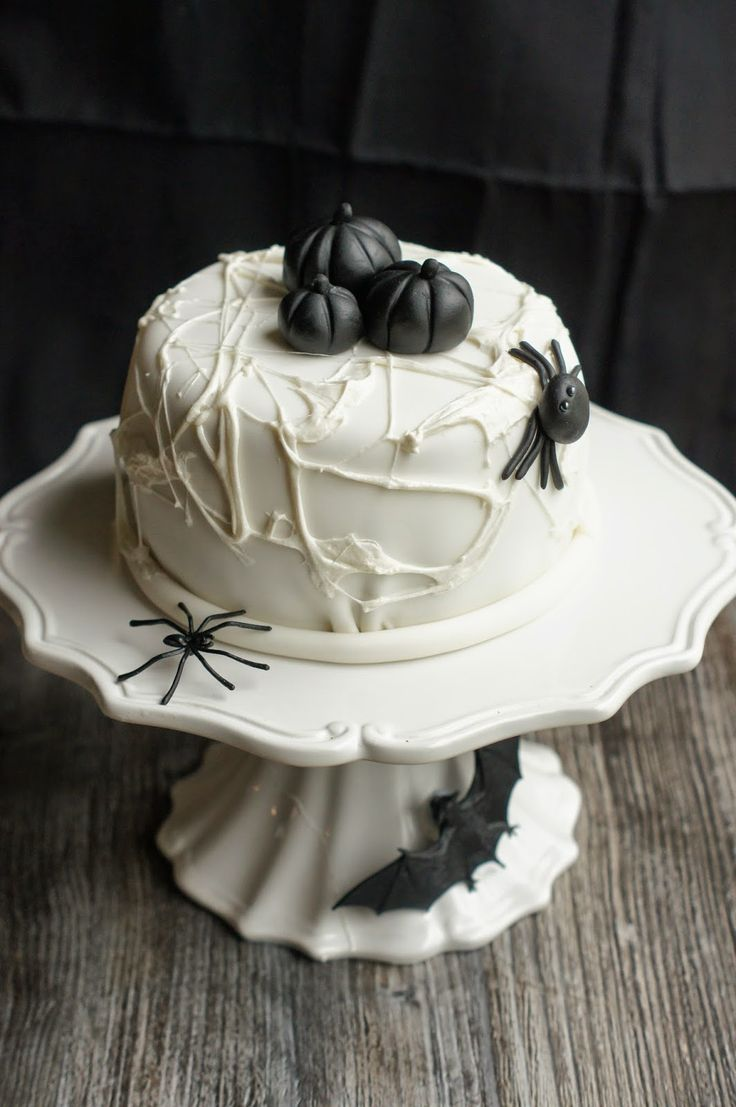 Black widow cake http://confetinhalloweenblogi.blogspot.fi/2014/10/black-widow-kakku.html?utm_source=Pinterest&utm_medium=Wallpost&utm_content=blackwidow&utm_campaign=PIN-2015