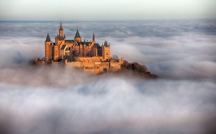 """""""天空の城""""と聞いて何を思い浮かべますか?ラピュタ?それとも竹田城?この世界には「天空の城」と称される景色がたくさんありますが、中でもこれは美しい、と思える「天空の城」の絶景を集めました。城だけでなく美しい街や遺跡など、世界の「天空の城」絶景10選です。"""